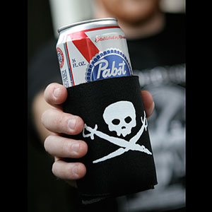 (Koozie) Skull & Swords